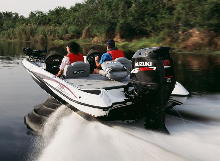 четырехместная лодка с мотором